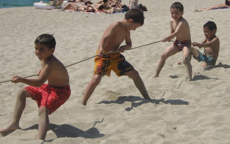 Nens i nenes de cicle inicial gaudint a la platja!